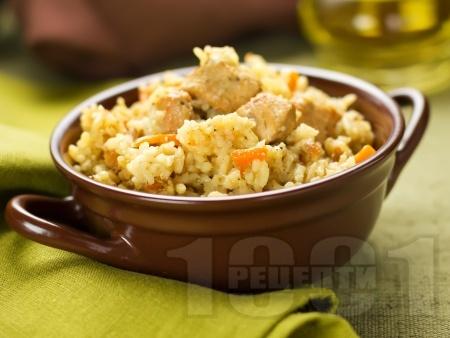 Задушено свинско месо с пържен ориз и моркови приготвено на котлон в тиган - снимка на рецептата